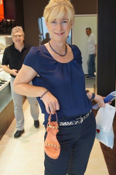 Frau Manuela Creutzburg zeigt Modelle der Saison